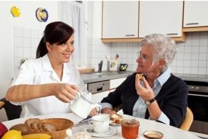 Alors que l'obésité et la maigreur sont fréquentes parmi les personnes âgées à domicile, ce risque associé de perte d'autonomie mérite de renforcer la surveillance nutritionnelle du patient âgé.