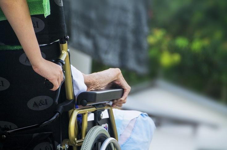 Aux Etats-Unis, les caméras de surveillance sont de plus en plus largement utilisées dans les maisons de retraite (EHPAD) ce qui peut apaiser les inquiétudes des familles des résidents mais pose des questions morales et éthiques.