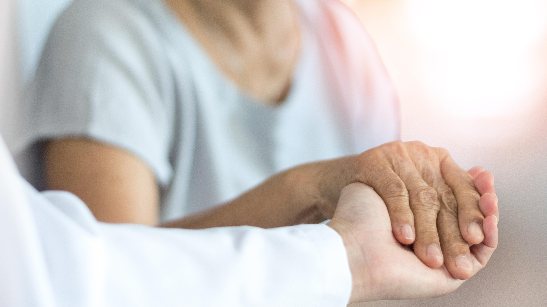 L'Association Alzheimer Europe appelle à donner la priorité pour la vaccination anti-COVID, non seulement aux personnes atteintes de démence mais aussi à leurs aidants naturels (Visuel Adobe Stock 305445589)